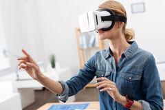 Abenteuerliche Person, die zuhause Sichtwirklichkeitskopfhörer verwendet Stockbild