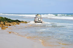 Abenteuerliches Fahren entlang den Strand lizenzfreies stockbild