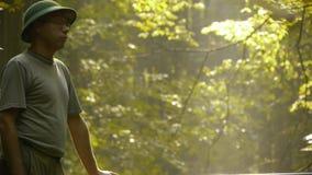 Abenteurer beobachtet Natur stock video