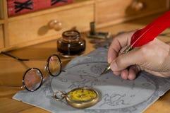 Abenteurer, der eine Karte zeichnet Stockfoto