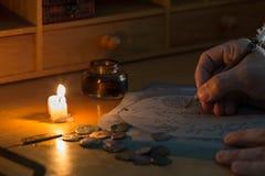 Abenteurer, der eine Karte zeichnet Stockfotos