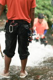 Abenteurer, der im Wasserfall im Regenwald klettert Lizenzfreies Stockbild