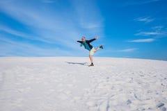 Abenteurer, der Spaß unter den Sanddünen in einer Wildnis hat Stockfotografie