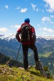 Abenteurer steht auf der Klippe und untersucht den Abstand Stockfoto