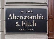 Abercrombie e fitch das letras em uma fachada da loja fotos de stock royalty free