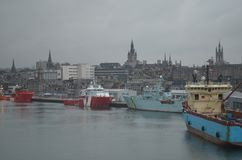 Aberdeen - Skottland hamn, huvudsaklig nyckel för den frånlands- branschen för Nordsjönfossila bränslen Royaltyfri Bild
