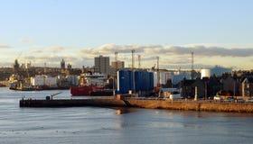 Aberdeen, Skottland och dess hamn i aftonsolsken Royaltyfri Foto