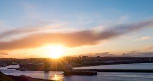 Aberdeen stadshamn med tillförselskytteln som skriver in under solnedgång Royaltyfri Fotografi