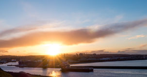 Aberdeen-Stadthafen mit dem Versorgungsschiff, das während des Sonnenuntergangs hereinkommt Lizenzfreie Stockfotografie