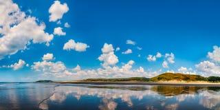 海景全景在Aberdovey海滩威尔士的 库存照片