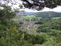 Abergele by i Wales som förbiser staden med berg på horisonten som inramas med träd i sommar, norr Wales UK Arkivbild