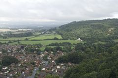 Abergele wioska, miasteczko otaczający wsią z górzystym tłem, północna Walia Brytyjska wioska, chmury i las, Zdjęcie Royalty Free