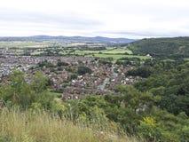 Abergeledorp, stad door platteland met bergachtige achtergrond, Britse Dorp dat het Noord- van Wales wordt omringd royalty-vrije stock foto's