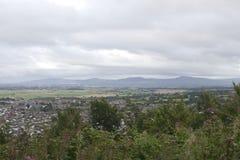 Abergeledorp, stad door platteland met bergachtige achtergrond, Britse Dorp dat het Noord- van Wales wordt omringd stock foto's