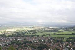 Abergeledorp, stad door platteland met bergachtige achtergrond, Wels Dorp in het platteland wordt omringd dat stock fotografie