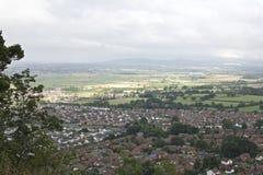 Abergeledorp, stad door platteland met bergachtige achtergrond wordt omringd en lange verre landbouwgrond, Britse Villa die de No stock afbeelding
