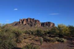 Aberglaube-Berge, die oben von Apache-Kreuzung, Arizona schauen lizenzfreie stockfotografie