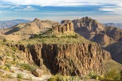 Aberglaubeberge gestalten von der Plätteisen-Spitze östlich Apache-Kreuzung nahe Phoenix Arizona landschaftlich lizenzfreie stockbilder