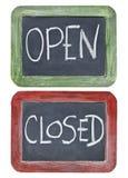 Aberto e fechado no quadro-negro Imagens de Stock Royalty Free
