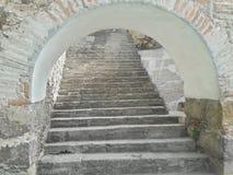 Abertura blanca rústica de piedra antigua del túnel de la arcada de la escalera del ladrillo, vieja textura rústica, elevación qu imágenes de archivo libres de regalías