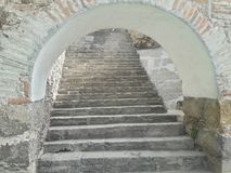 Abertura branca rústica de pedra antiga do túnel da arcada da escadaria do tijolo, textura rústica velha, elevação de escalada Imagens de Stock Royalty Free
