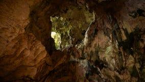 A abertura da caverna de Jatijajar, inclina para baixo vídeos de arquivo