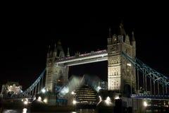 Abertura da ponte da torre na noite, Londres, Reino Unido Imagem de Stock Royalty Free