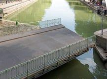 Abertura da ponte de balanço, Saint Martin Canal (Paris França) Fotos de Stock