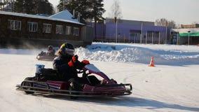 Abertura de la estación del invierno - libere al salón del automóvil abierto - invierno carting en la pista de la nieve Karting e almacen de metraje de vídeo