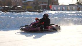 Abertura de la estación del invierno - libere al salón del automóvil abierto - invierno carting en la pista de la nieve Karting e almacen de video