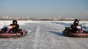 Abertura de la estación del invierno - libere al salón del automóvil abierto - invierno carting en la pista de la nieve Karting e metrajes