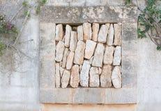 Abertura de la pared de piedra con la pila de rocas Fotografía de archivo libre de regalías