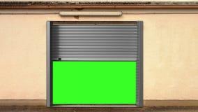 Abertura de la puerta del garaje del metal con la pantalla verde stock de ilustración