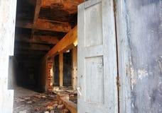 Abertura de madeira velha da porta Fotos de Stock