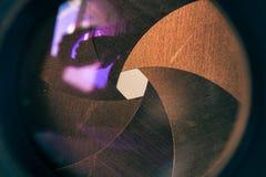 Abertura del diafragma de la cámara con la llamarada y reflexión en la lente Imagen de archivo