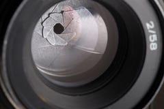 Abertura del diafragma de la cámara con la llamarada y reflexión en la lente Imagenes de archivo