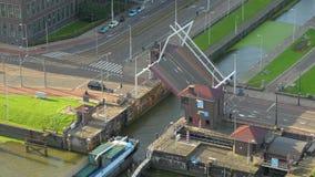 Abertura del puente levadizo para una nave almacen de video
