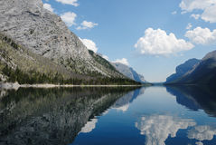 Abertura do diabo no lago Minnewanka, Banff, Canadá fotografia de stock