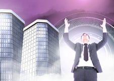A abertura do homem de negócios arma-se com as construções altas com incandescência do círculo da ficção científica Imagens de Stock