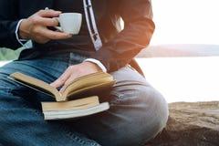 Abertura e leitura do homem novo um livro imagens de stock royalty free