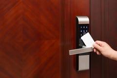 Abertura electrónica de la cerradura de puerta por una tarjeta de seguridad en blanco Fotografía de archivo