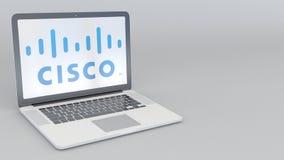 Abertura giratoria y ordenador portátil cerrado con el logotipo de Cisco Systems Clip conceptual del editorial 4K de la informáti ilustración del vector