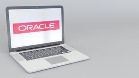 Abertura giratoria y ordenador portátil cerrado con el logotipo de Oracle Corporation Clip conceptual del editorial 4K de la info ilustración del vector