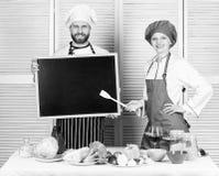 Abertura logo Pessoal de aluguer Espa?o da c?pia do quadro-negro da posse do cozinheiro chefe da mulher e do homem   ( fotos de stock
