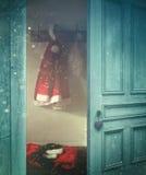Abertura rústica de la puerta en un cuarto adornado para la Navidad Imágenes de archivo libres de regalías