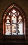 Abertura tallada de la ventana en un castillo medieval Imagen de archivo