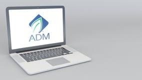 Abertura y ordenador portátil de cierre con el logotipo de Archer Daniels Midland animación del editorial 4K libre illustration