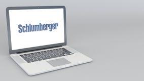 Abertura y ordenador portátil de cierre con el logotipo de Schlumberger animación del editorial 4K ilustración del vector