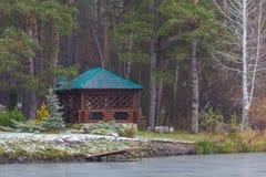 Abetaia sul lago con il baldacchino ed il sentiero per pedoni planked Fotografia Stock