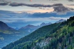Abetaie verdi nelle alpi crepuscolari Austria di Gailtal e di Carnic Fotografia Stock